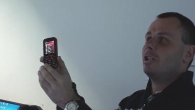 Szabolcs bemutatja a beszélő mobiltelefonját